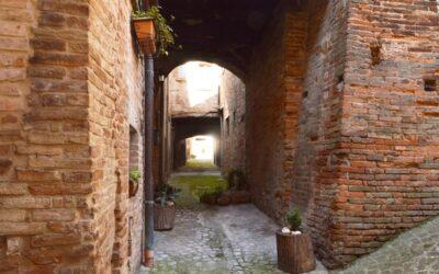 Case a ponte e case a sbalzo nel centro storico di Sarnano